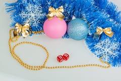 Weihnachtsbälle mit blauer Girlande Lizenzfreies Stockfoto