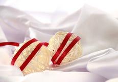 Weihnachtsbälle mit rotem Satinband Stockfoto