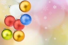 Weihnachtsbälle mit Schneeflocken auf buntem bokeh backg Stockbilder