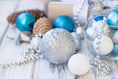 Weihnachtsbälle, Perlen, Kegel, Weihnachtshintergrund Lizenzfreie Stockfotografie