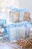 Weihnachtsbälle, Perlen, Kegel, Weihnachtshintergrund Stockfoto
