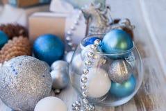 Weihnachtsbälle, Perlen, Kegel, Weihnachtshintergrund Lizenzfreies Stockbild