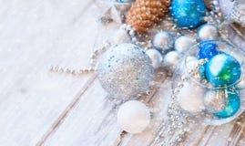 Weihnachtsbälle, Perlen, Kegel, Weihnachtshintergrund Lizenzfreie Stockbilder