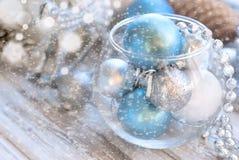 Weihnachtsbälle, Perlen, Kegel, Weihnachtshintergrund Stockfotos