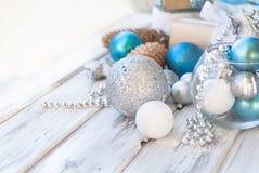 Weihnachtsbälle, Perlen, Kegel, Weihnachtshintergrund Lizenzfreies Stockfoto