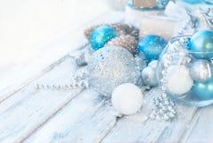 Weihnachtsbälle, Perlen, Kegel, Weihnachtshintergrund Lizenzfreie Stockfotos