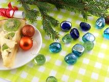 Weihnachtsbälle, Tannenbaum des neuen Jahres und Steine eingestellt Stockbild
