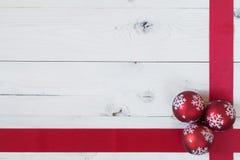 Weihnachtsbälle und ein Band Lizenzfreie Stockfotografie