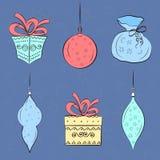 Weihnachtsbälle und -geschenke auf blauem Hintergrund Elemente für Dekor Stockbilder