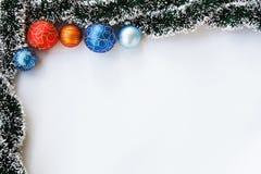 Weihnachtsbälle und Girlandenrahmen Stockfoto