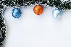 Weihnachtsbälle und Girlandenrahmen Stockfotos