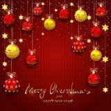 Weihnachtsbälle und goldene Sterne auf Rot strickten Hintergrund Lizenzfreie Stockbilder