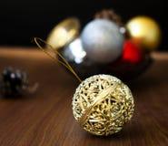 Weihnachtsbälle und -kegel auf einem hölzernen Hintergrund Lizenzfreie Stockfotografie