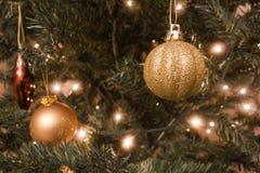 Weihnachtsbälle und -lichter Stockfotografie