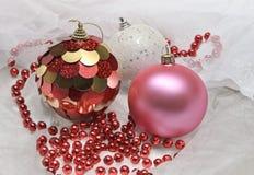Weihnachtsbälle und rote Perlen stockfoto