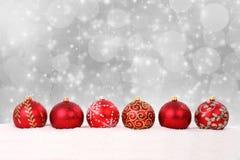 Weihnachtsbälle und -schnee auf abstraktem Hintergrund Lizenzfreies Stockfoto