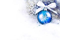 Weihnachtsbälle und -schneeflocke lizenzfreie stockfotos