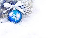 Weihnachtsbälle und -schneeflocke stockbild