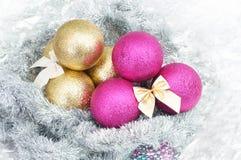 Weihnachtsbälle und -schneeflocke auf abstraktem Winterhintergrund Lizenzfreie Stockfotos