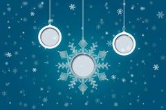 Weihnachtsbälle und -schneeflocke auf Winterhintergrund Vektor illus Stockfotos