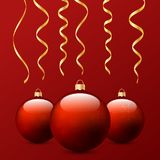 Weihnachtsbälle und -serpentin auf einem roten Hintergrund Stockfoto