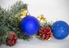Weihnachtsbälle und Tannenbaum Stockfotografie