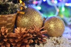 Weihnachtsbälle und Weihnachtsgirlanden Stockbilder