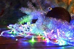 Weihnachtsbälle und Weihnachtsgirlanden Stockfoto