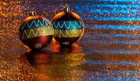 Weihnachtsbälle von intensiven Farben, auf hellen Hintergründen stockbild