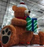 Weihnachtsbär mit einer Geschenkdekoration Stockfoto