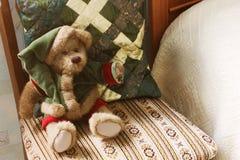 Weihnachtsbär und -kissen auf dem Stuhl stockfotos