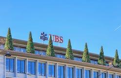 Weihnachtsbäume auf die Oberseite des UBS-Gebäudes Stockfotografie