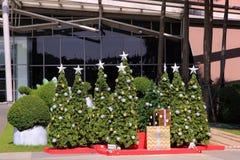 Weihnachtsbäume mit den Dekorationen eingeschlossen am Kaufhaus Stockbild