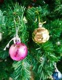 Weihnachtsbäume und andere Dekorationen mit Farbbällen und Grünblätter am Weihnachtstag Lizenzfreies Stockbild