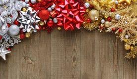 Weihnachtsbögen, -verzierungen und -dekorationen auf hölzernem Lizenzfreie Stockfotos