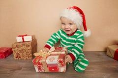 Weihnachtsbaby in Sankt-Hut Stockfotos