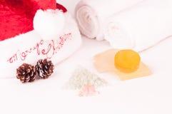 Weihnachtsbadekurortfeiertag mit Glyzerinseifen und Badesalze Lizenzfreies Stockbild