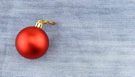 Weihnachtsball über Baumwollstoffhintergrund Stockfoto
