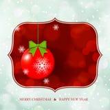 Weihnachtsball auf defocus glänzendem Hintergrund Lizenzfreie Stockfotografie