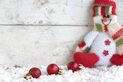 Weihnachtsball auf dem Schnee Stockfotos