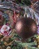 Weihnachtsball auf der Niederlassung und der Zahl von St. Klaus im Hintergrund Lizenzfreies Stockfoto