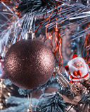 Weihnachtsball auf der Niederlassung und der Zahl von St. Klaus im Hintergrund Weinleseverarbeitung Stockfotografie