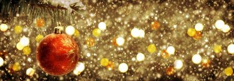 Weihnachtsball auf goldenem Hintergrund Stockfotos