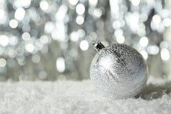 Weihnachtsball auf Lichtern Hintergrund, Abschluss oben Stockfotos
