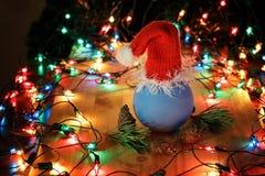 Weihnachtsball in der roten Kappe lizenzfreies stockfoto