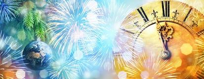 Weihnachtsball in Form von Planet Erde, alter Uhr nah an Mitternacht, Feuerwerken und Lichtern Der feiertag des neuen Jahres und  stockfotos