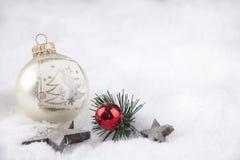 Weihnachtsball im Schnee Stockfotos