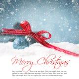 Weihnachtsball im Schnee Lizenzfreie Stockfotos