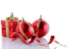 Weihnachtsball lokalisiert auf weißem Hintergrund mit Kopienraum stockfoto