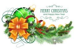 Weihnachtsball mit Bogen und Tannenzweig Stockfotos